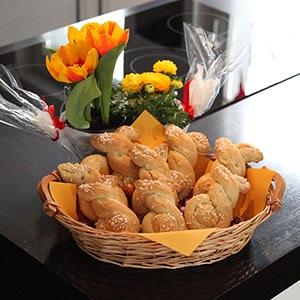 fertige Hefe-Osterhasen zu Ostern serviert