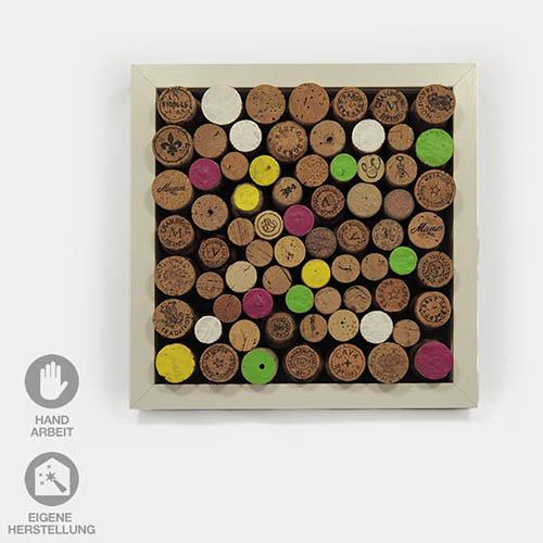 Pinnwand aus Korken als Geschenk-Idee zum Beispiel zum Geburtstag. In dem 25x25 cm großen Rahmen sind Flaschen-Korken befestigt, an die man seine Notizen pinnen kann.