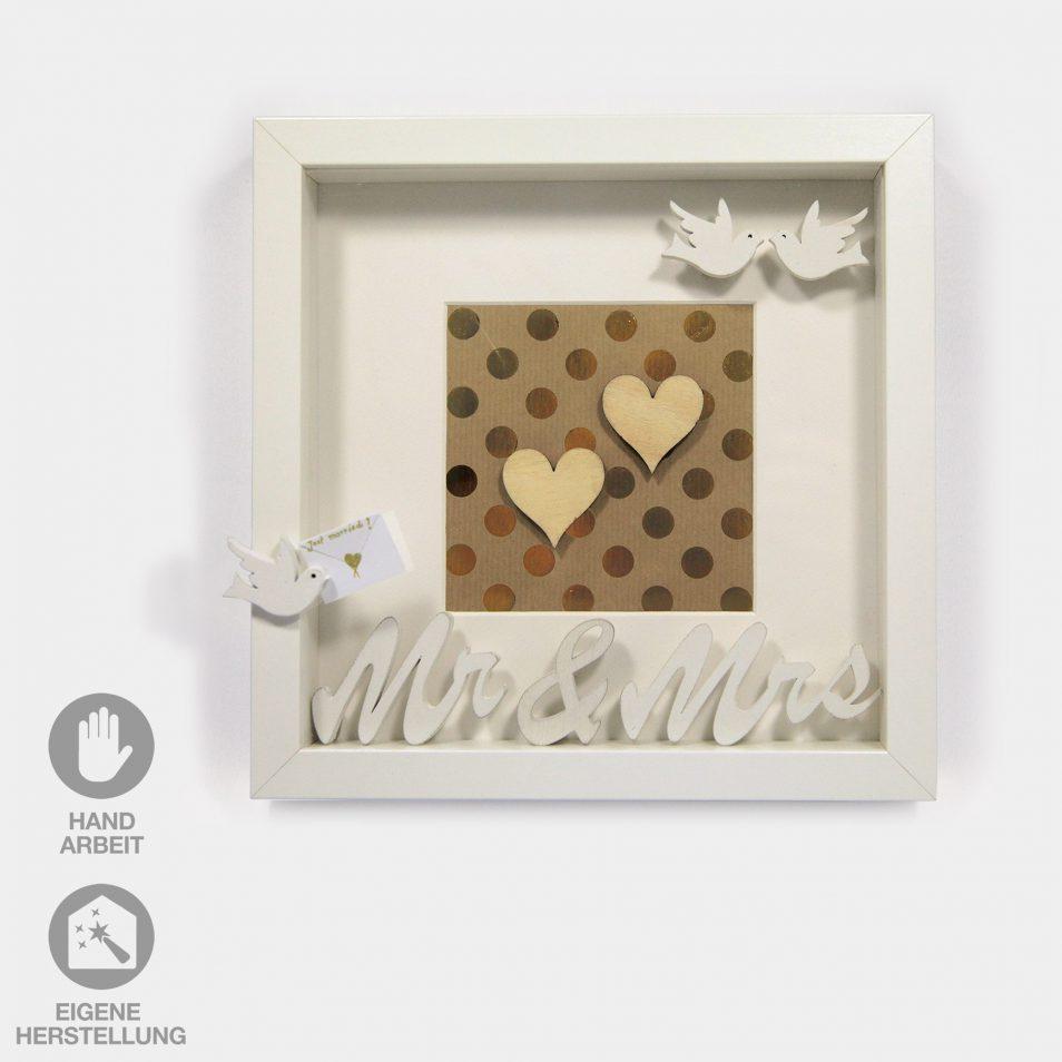 Geschenk-Idee im Rahmen für eine Hochzeit. Weißer Rahmen mit goldenem Hintergrund, 2 Herzchen, Tauben und dem Schriftzug Mrs.&Mr.