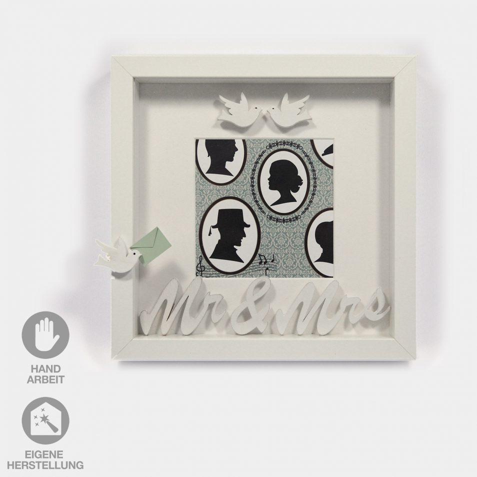 """Ein Geschenk-Rahmen für eine Hochzeit. Der weiße Rahmen hat einen Silouetten-Nostalgie-Hintergrund und ist mit weißen Tauben verziert. Dazu ein Schriftzug """"Mrs.&Mr."""""""