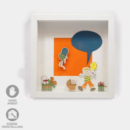 Geschenk-Idee im Rahmen zur Geburt eines Jungen. Fröhlicher, orangener Hintergrund mit Geschenken und Luftballons. Ein fröhlicher Junge mit blauer Sprechblase