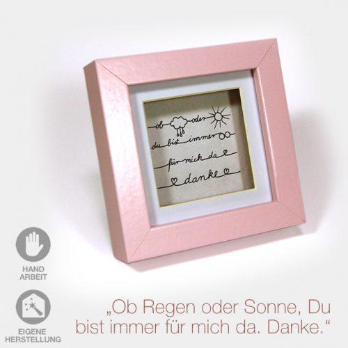 """Kleiner Geschenk-Rahmen zum Muttertag """"Ob Regen oder Sonnenschein, Du bist für mich da"""". Rosa Rahmen mit weißem Passpartout und handgeschriebenem Text."""