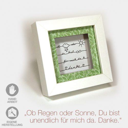 """Kleiner Geschenk-Rahmen zum Muttertag """"Ob Regen oder Sonne, Du bist für mich da"""". Weißer Rahmen mit grünem Passpartout und handgeschriebenem Text."""