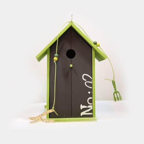 grünes Vogelhaus schwarze Front mit Aufschrift No,02