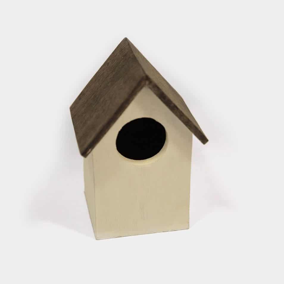 weiß-braunes Vogelhaus mit rundem Eingang