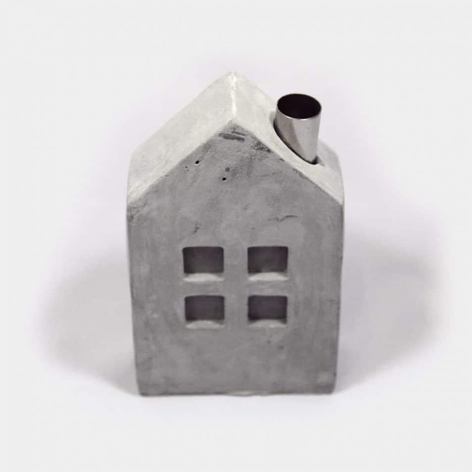Zementhaus mit Kamin aus Metall für Kerze