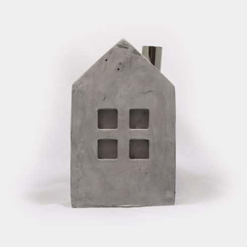Zementhaus mit vier Fenstern mit Kamin aus Metall
