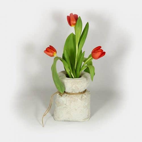 Deko-Objekt Beton-Sack als Vase mit Tulpen