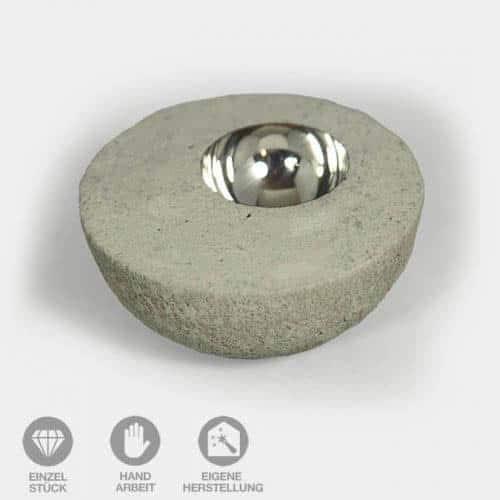Beton-Halbkugel mit silberner Schale
