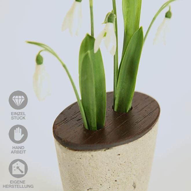 Konische Beton-Vase mit Holz kombiniert mit Schneeglöckchen