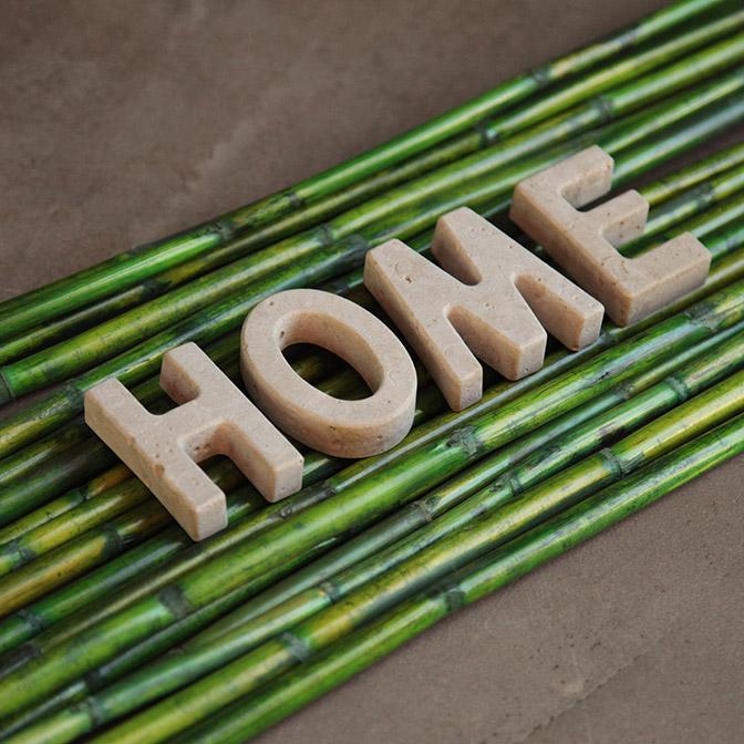 In Handarbeit gefertigte Beton-Buchstaben. Hier Beispielsweise das Wort Home.
