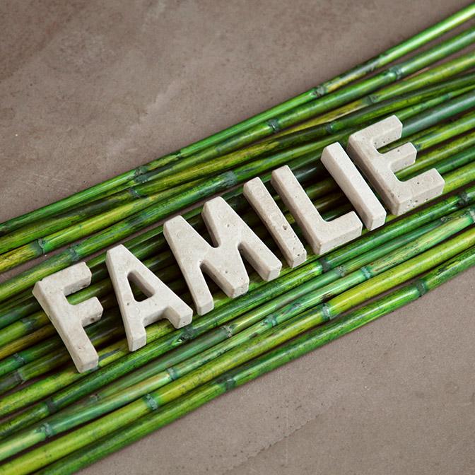 In Handarbeit gefertigte Beton-Buchstaben. Hier zum Beispiel das Wort Familie.