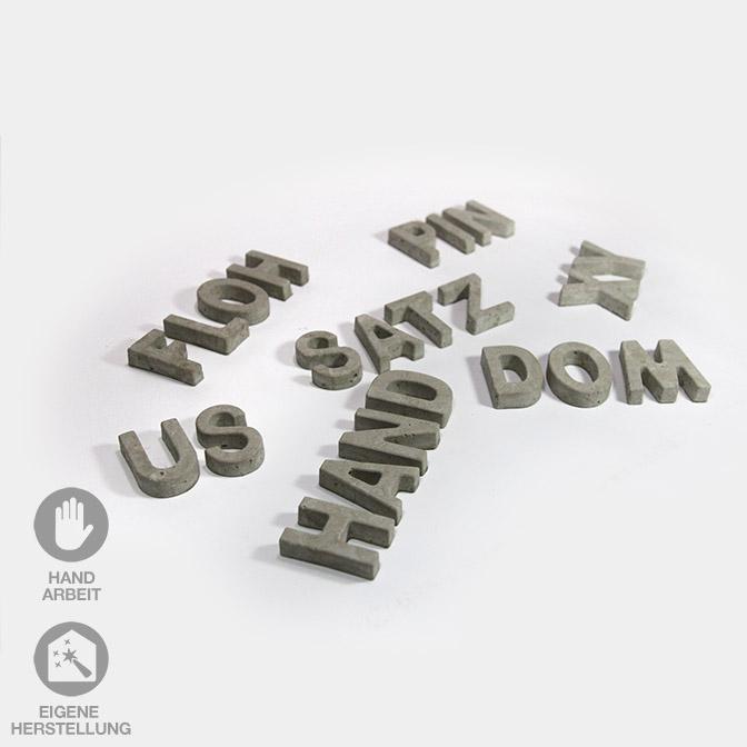 Handgefertigte, hellgraue Beton-Buchstaben in Groß-Buchstaben