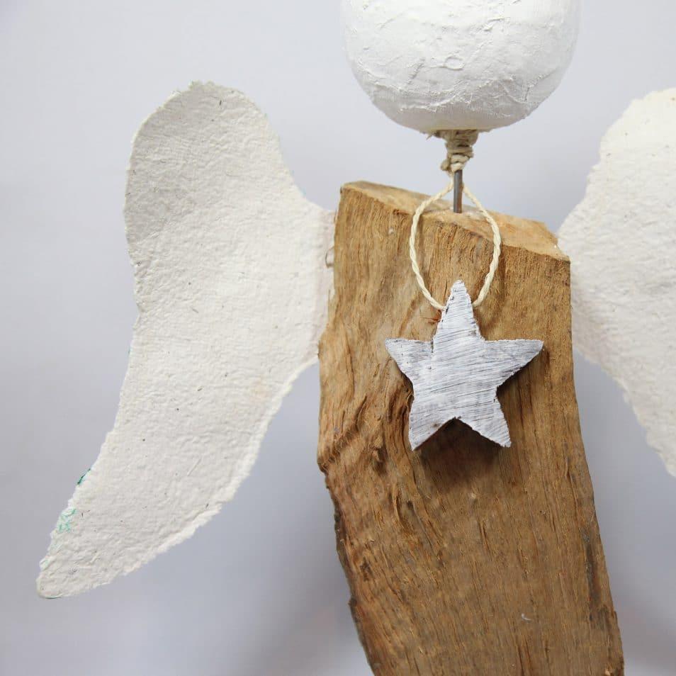 Holz-Skulptur Engel mit Gipskopf und Papierflügeln