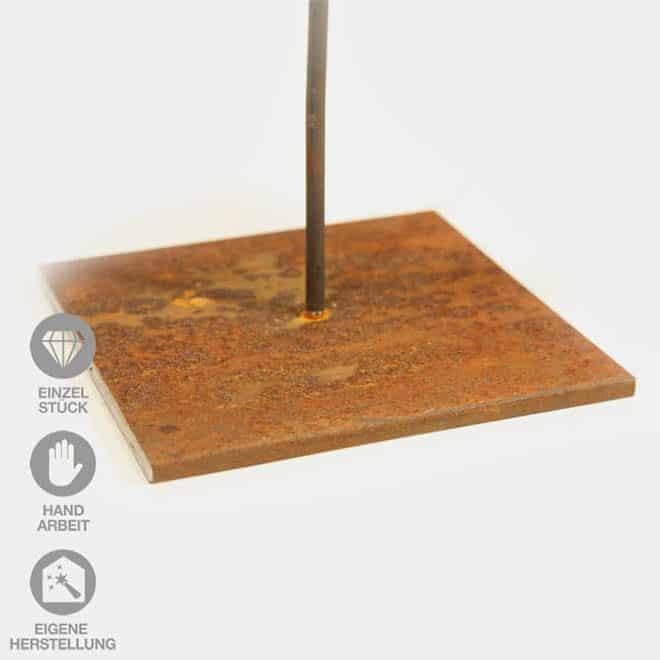 verrosteter Eisen-Pin einer Holz-Skulptur