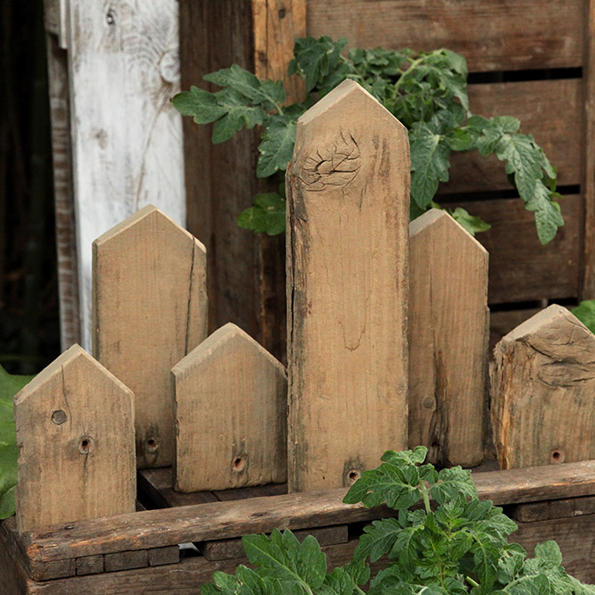 Aus altem Holz gefertigte Häuser-Skyline in verschiedenen Größen