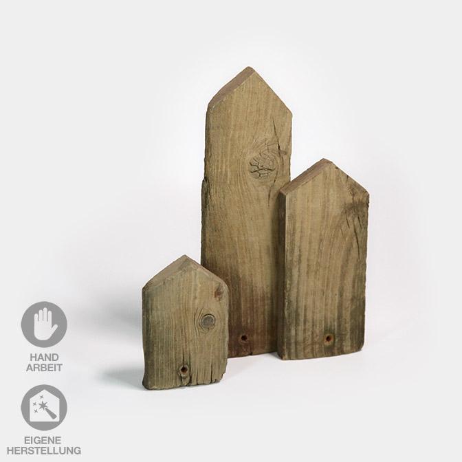 Aus altem Holz gefertigte Häuser-Skyline in drei verschiedenen Größen.