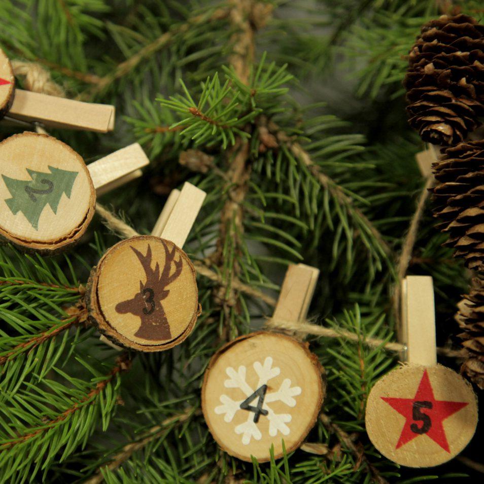 bemalte Holzscheiben als Adventskalender