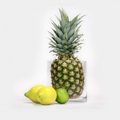 Deko-Vase aus Glas. Befüllt mit einer Ananas.