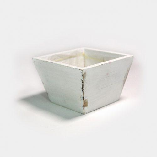 Eine quadratische, weiße Holz-Schale im shabby chic. Innen liegend mit einer Folie zum bepflanzen versehen.