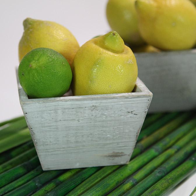 Quadratische, graue Holz-Schalen im shabby chic. Dekoriert mit Zitronen und Limetten.