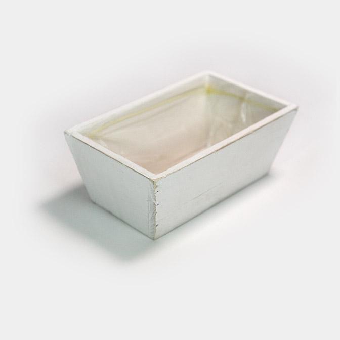 Weiße, rechteckige Holz-Schale im shabby chic. Mit Folie zum bepflanzen.
