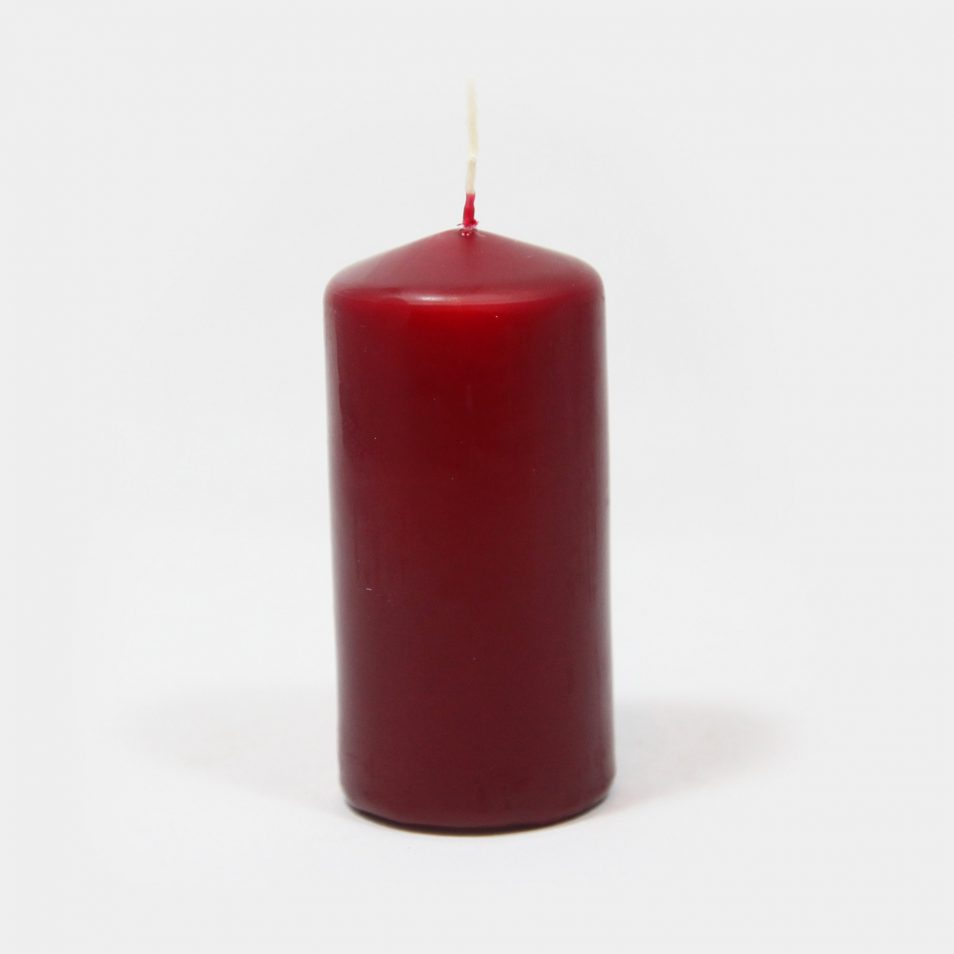 eine weinrote Stumpen-Kerze