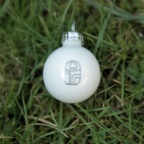 weiße Weihnachtsbaum-Kugeln mit Krippen-Figuren bemalt