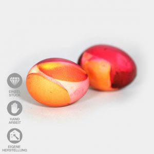 Zwei orange-rot-gelb gefärbte Eier mit Wende-Technik