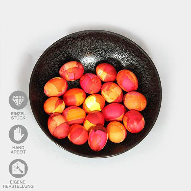Eine Schale voller handgefärbter Eier in verschiedenen Rot-Tönen
