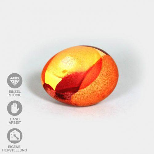 Orange-rot-gelb gefärbtes Ei mit Wende-Technik