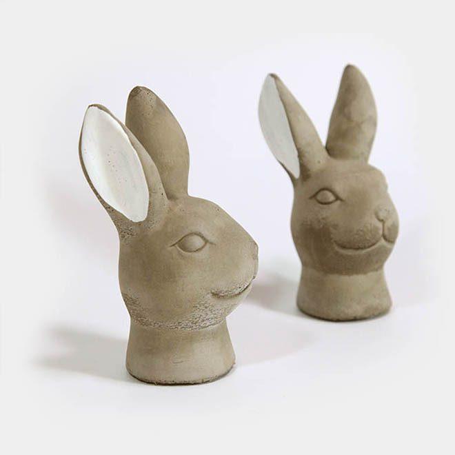 Zwei graue Hasenköpfe aus Zement