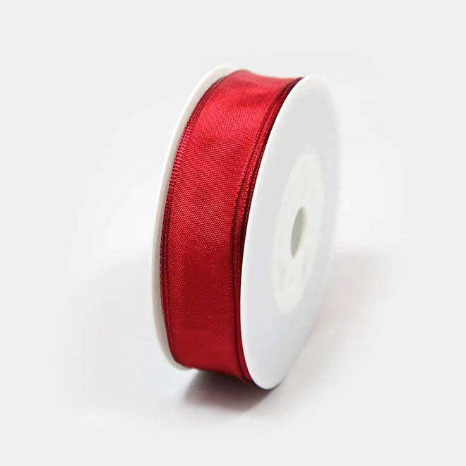 rotes Geschenkband mit Draht um schöne Schleifen zu binden