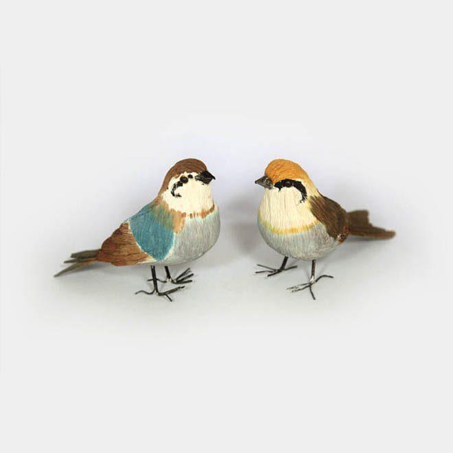 Zwei Papier-Vögel ocker-schlamm und braun-türkis mit Draht-Füssen