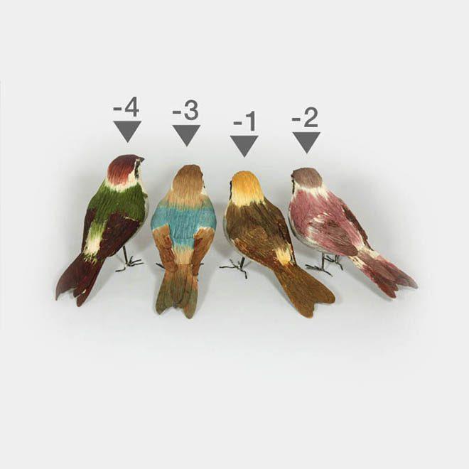 Vier Papier-Vögel verschiedenes, buntes Gefieder