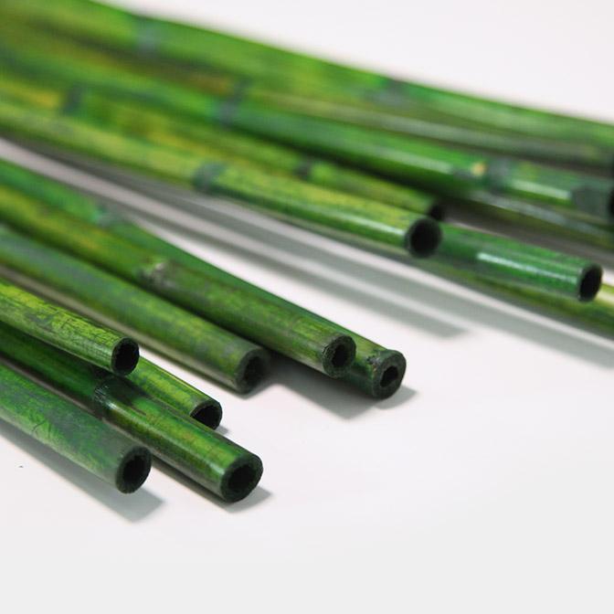 Grüne, lange Bambusstangen zum dekorieren