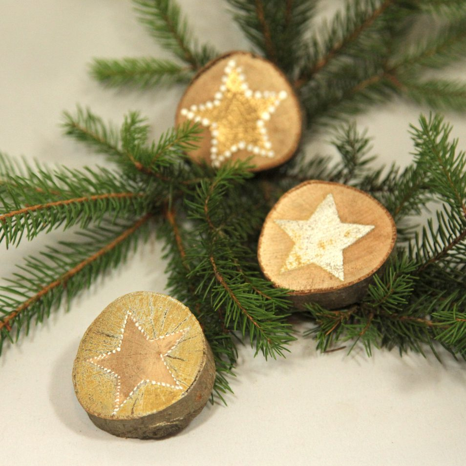 Drei Astscheiben handbemalt mit Sternen