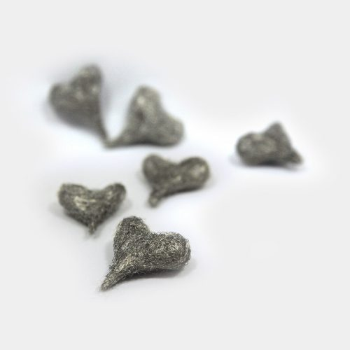 silberne Draht-Herzen als Streuer