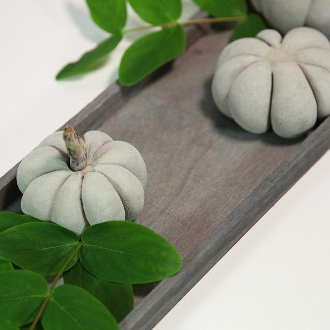 Graues, längliches Holz-Tablett mit handgefertigten Beton-Kürbissen