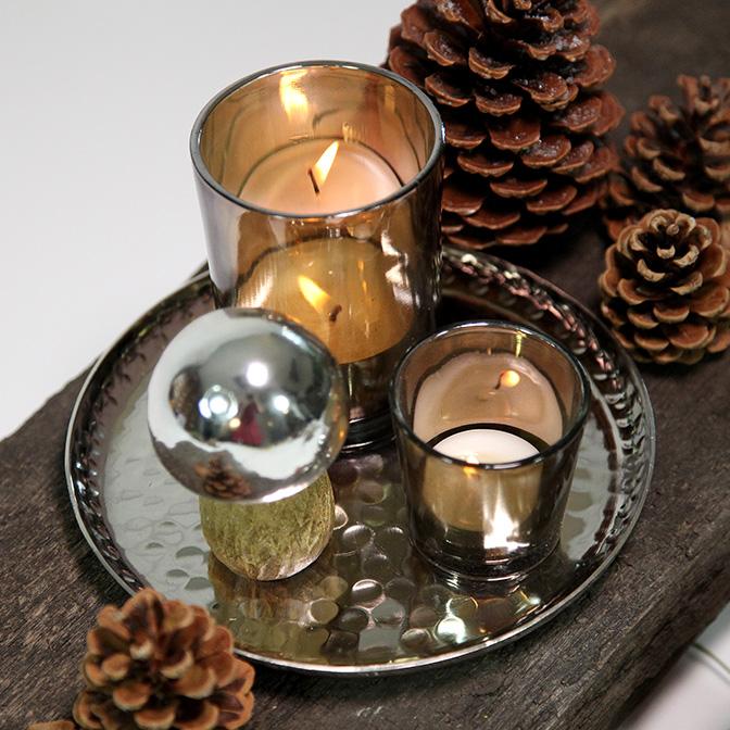Ausschnitt des herbstlichen Deko-Sets Pilze mit Windlichtern auf einem Silber-Tablett.