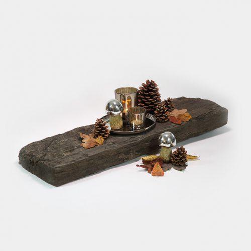 Herbst-Deko-Set mit zwei Pilzen und unterschiedlich großen Windlichtern auf einem Silber-Tablett. Dazu werden große und mittlere Zapfen dekoriert.