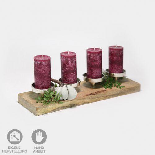 Herbst-Deko-Set bestehend aus einem Kerzen-Halter aus Holz und Metall. Dazu gehören vier dunkelrote Kerzen und zwei handgefertigte Beton-Kürbisse mit Holzstiel.