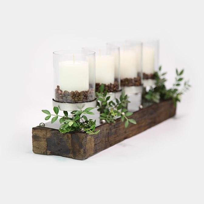 Massiver Holz-Kerzenständer mit Metall und Glas-Zylindern. Dekoriert mit Pistazien-Zweigen, Kaffee-Bohnen und vier weißen Kerzen..