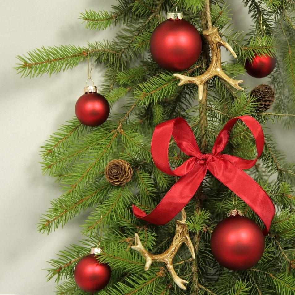 Deko-Set Weihnachtsbaum in Rot mit Geweihen, Kugeln, Schleifen