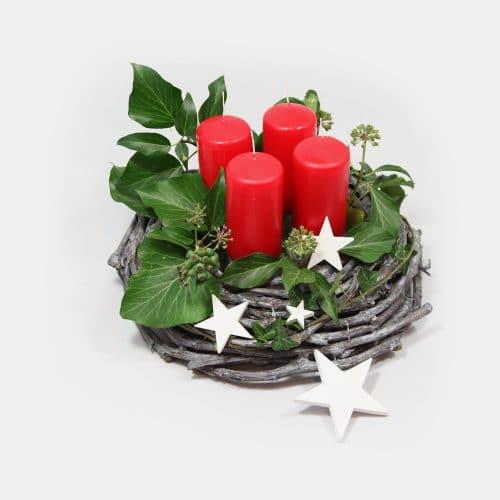 Adventskranz grau mit roten Kerzen, Sternen und Efeu