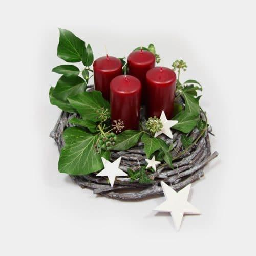 Adventskranz grau mit weinroten Kerzen, Sternen und Efeu