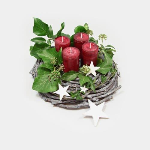 Adventskranz mit antikroten Kerzen, Efeu und Sternen