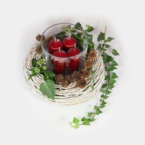 weißer Adventskranz mit weinroten Kerzen im Wind-Glas