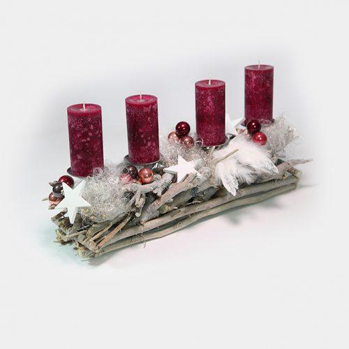 Längliches Advents-Gesteck aus Wurzeln mit Feder-Flügeln, Engelshaar, Holz-Sternen und beerenfarbenen Kugeln und Kerzen.