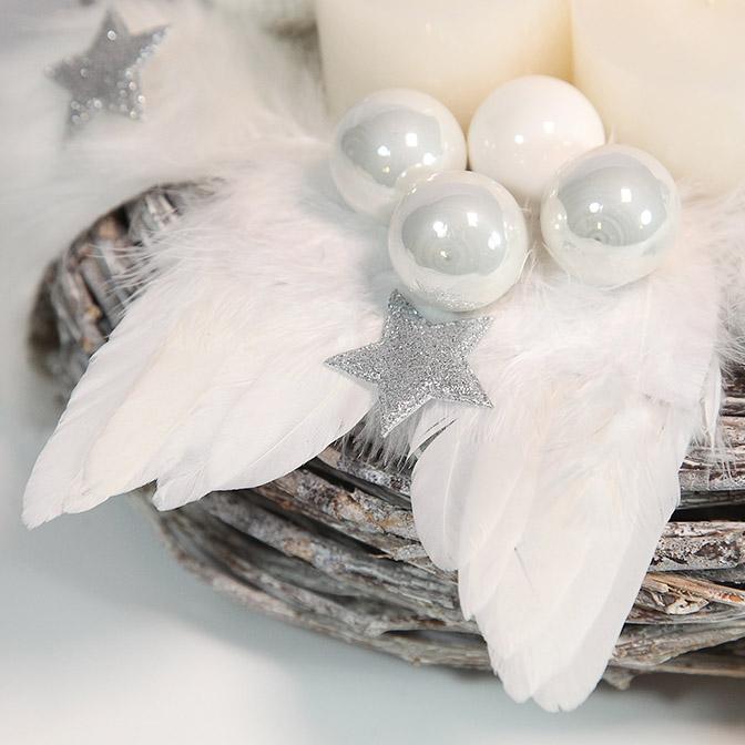 Pompöser weißer Adventskranz mit Engelsflügeln, weißen Glas-Kugeln und silbernen Sternen.